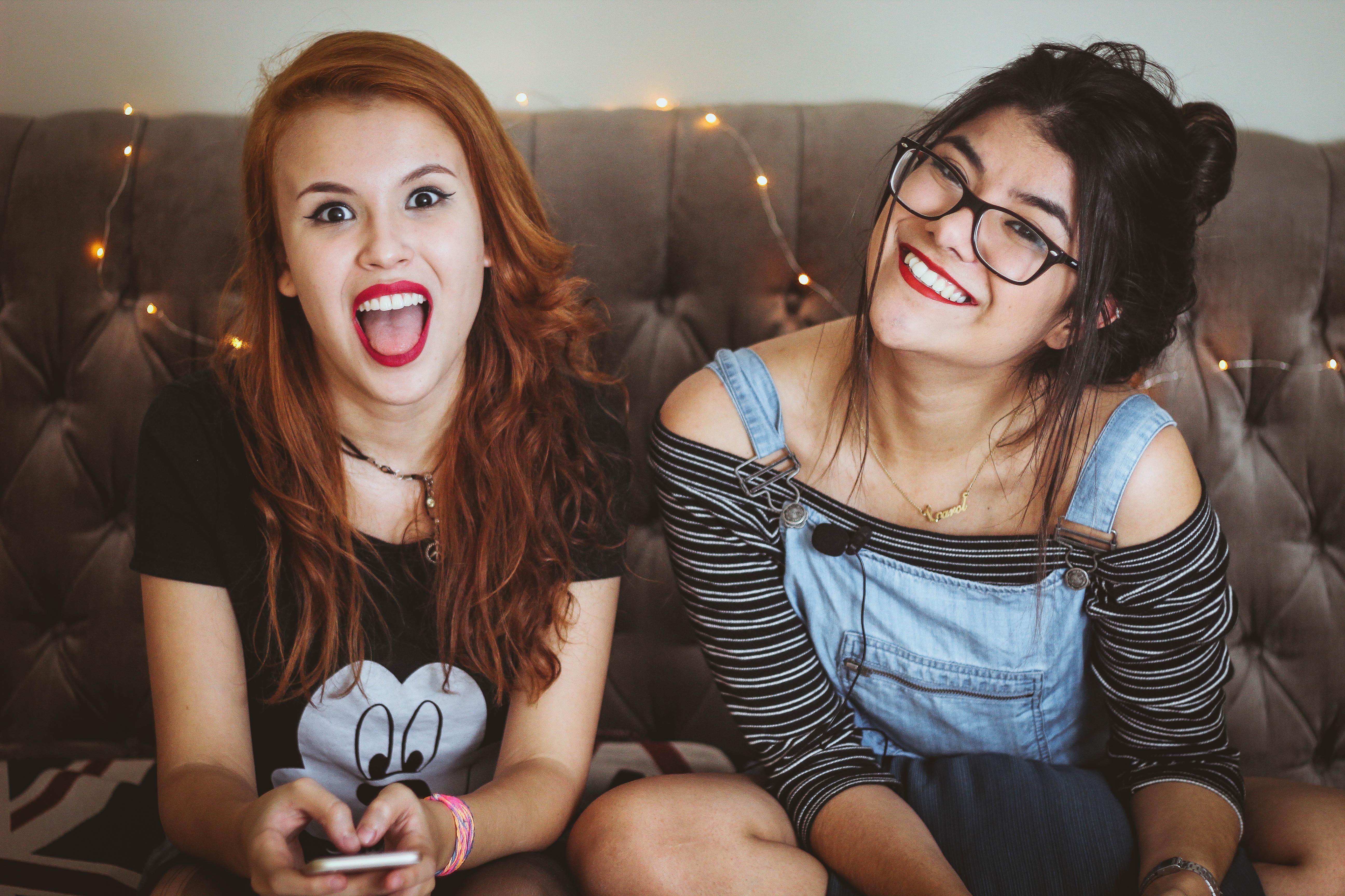 ragazze sul divano